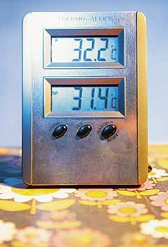 Thermometer mit Temperaturanzeigen von über 30 Grad Celsius