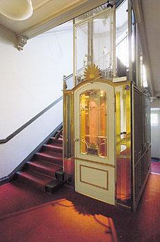 wie der fahrstuhl das wohnen ver nderte aufstieg mit. Black Bedroom Furniture Sets. Home Design Ideas