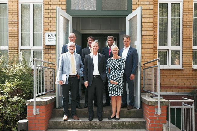 Stadtentwicklungssenator Müller (Mitte) mit Geschäftsführern der städtischen Wohnungsbauunternehmen
