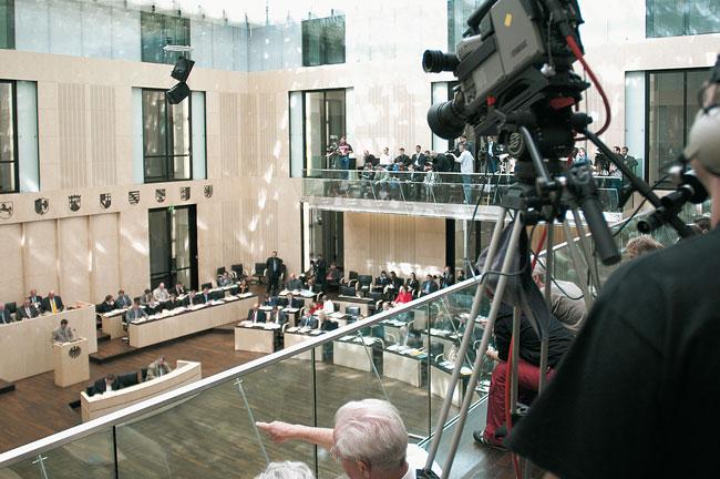Fernsehkamera über dem Plenarsaal des Bundesrats