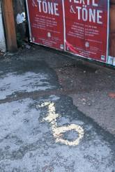 Auf die Straße gemaltes Zeichen des 6er-Malers