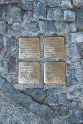 Vier Stolpersteine, eingelassen in den Gehweg