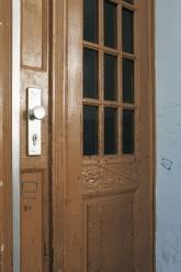 Neue Tür mit aufgemaltem Rechteck
