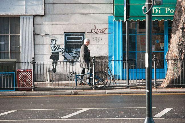 Werk des Londoner Künstlers Bansky, geschützt durch Glaskasten
