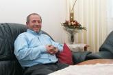 Mieter Celalettin Aktürk auf dem Sofa in seinem Wohnzimmer