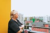 Mieterin Inge Raddatz auf ihrem Balkon