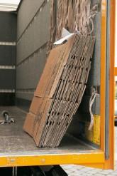 Gefaltete Umzugskartons im offenen Laderaum eines Transporters