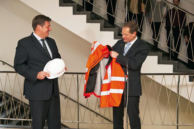 Ex-Senator Müller gibt die Baustellen-Kutte an Andreas Geisel weiter
