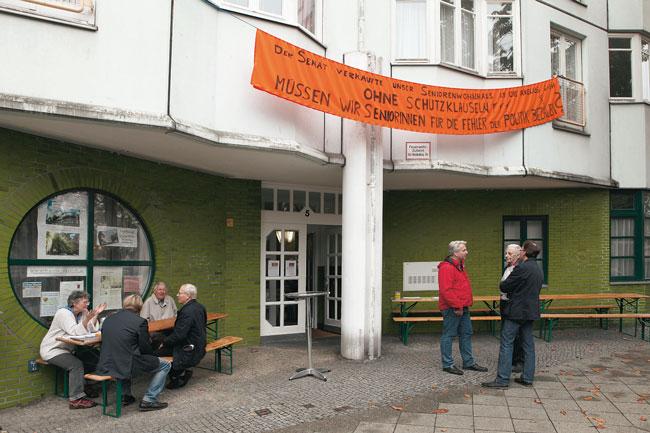 Bewohner mit Protestplakat vor dem Haus Hansa-Ufer 5