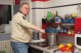 Ehrenamtlichen Helfer der Berliner Obdachlosenhilfe beim Kochen