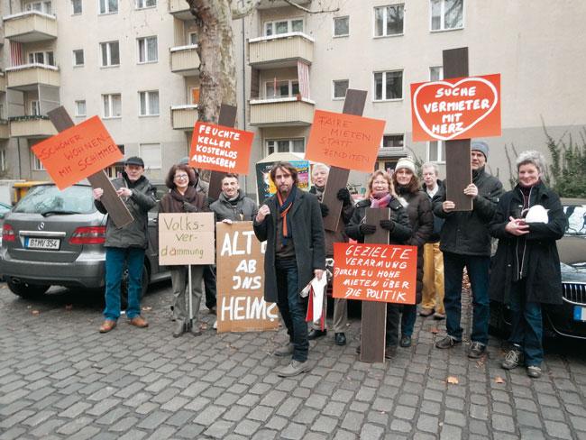 Mieter protestieren mit Plakaten vor dem Gebäude in der Gleditschstraße
