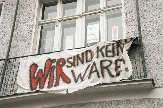Plakat im Fenster mit der Aufschrift: Wir sind keine Ware!