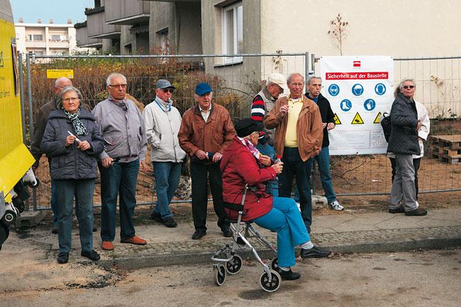 Skeptische Anwohnern bei der Grundsteinlegung am Kormoranweg
