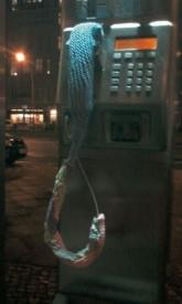 'Urban Knitting': Öffentliches Telefon an der Danziger Straße, Ecke Kollwitzstraße