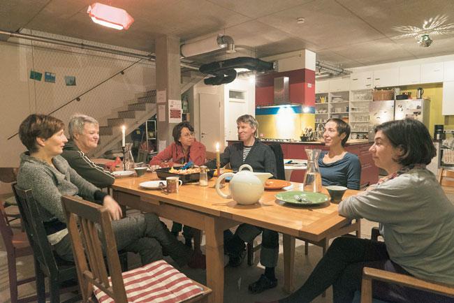 Bewohner der Spree-WG 1 am langen WG-Tisch