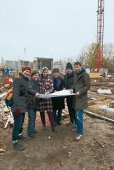 Mitglieder der Spree-WG 1 mit Planungsunterlagen an der Baustelle