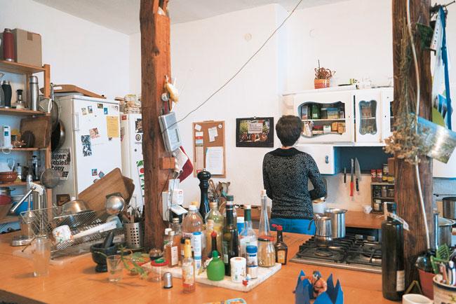 Clara S. in ihrer WG-Küche in der Sorauer Straße