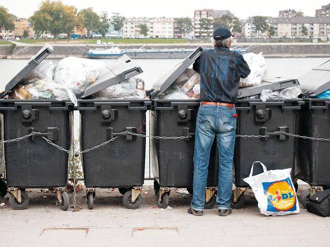Flaschensammler an Mülltonnen