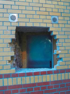 Wohnungstür hinter einem Mauerdurchbruch