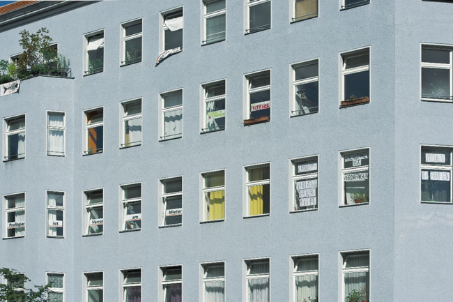 Protestplakate in den Wohnungsfenstern Großgörschen-/Katzlerstraße