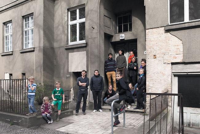 Mieter vor dem Haus Kavalierstraße 19