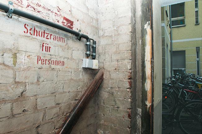 Kellereingang mit Beschriftung 'Schutzraum für Personen'