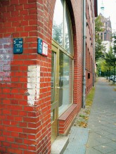 Hinweise auf Luftschutzräume: 30 Zentimeter hohe Streifen an Häuserecken (Ecke Pistoriusstraße)