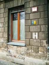 Wießes 'H' auf der Fassade als Kennzeichnung für Hydranten