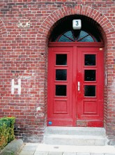 Weißes 'H' an der Fassade als Kennzeichnung eines Hydranten
