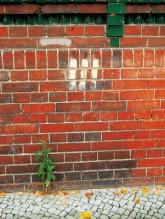 Drei kurze senkrechte Streifen an der Fassade als Kennzeichnung für Wasserentnahmestellen