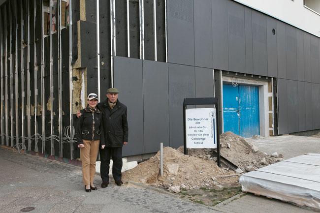 Ehepaar Schoebe vor Sanierungsbaustelle in der John-Locke-Siedlung