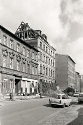 Gebäude im Scheunenviertel mit Trabi im Vordergrund