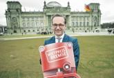 Justizminister Heiko Maas mit symbolischer Mietpreisbremse