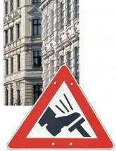 Altbaufassaden und Verkehrsschild 'Fuß auf Bremse'