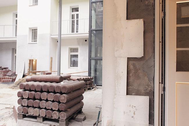 Dämmmaterial auf einer Palette im Hof eines Mietshauses