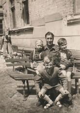 Alt-Moabit 89-90 im Jahr 1948: Personengruppe mit Strzelczyks Mutter