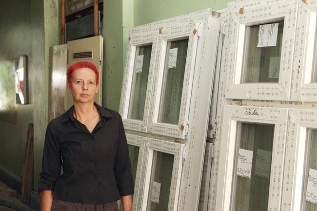 Mieterin Kitzing mit den neuen Fenstern vor dem Einbau