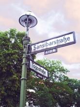 Laterne mit Straßenschildern im 'Afrikanischen Viertel'