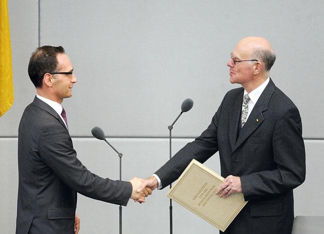 Der Parlamentspräsident überreicht Justizminister Maas die Ernennungsurkunde