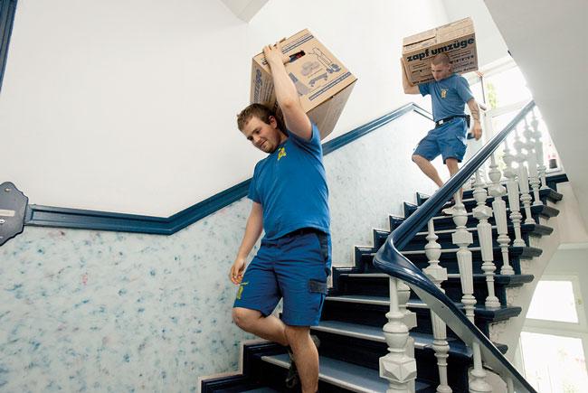 Transport von Umzugskisten im Treppenhaus