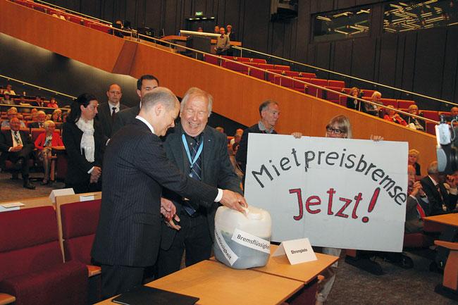 Hamburgs Bürgermeister Olaf Scholz und BMV-Vorsitzender Edwin Massalsky beim Überreichen von Bremsflüssigkeit