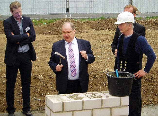 Der ehemalige Neuköllner Bürgermeister Buschkowsky bei einer Grundsteinlegung