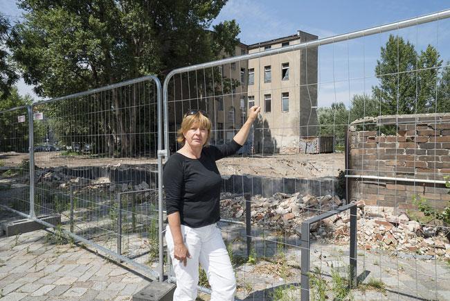 Ex-Mieterin Tanja Stoffenberger vor der inzwischen abgerissenenEnckestraße 4/4a