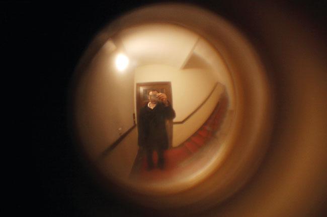 Blick durch einen Türspion