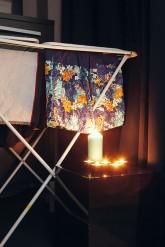 Kerzenlicht in der Nähe von Textilien