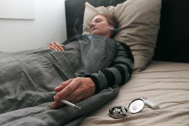 Raucherin im Bett