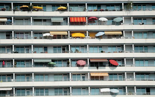 Balkone mit Sonnenschirmen und Markisen