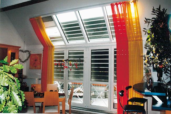 Außenjalousie am Fenster im Dachgeschoss