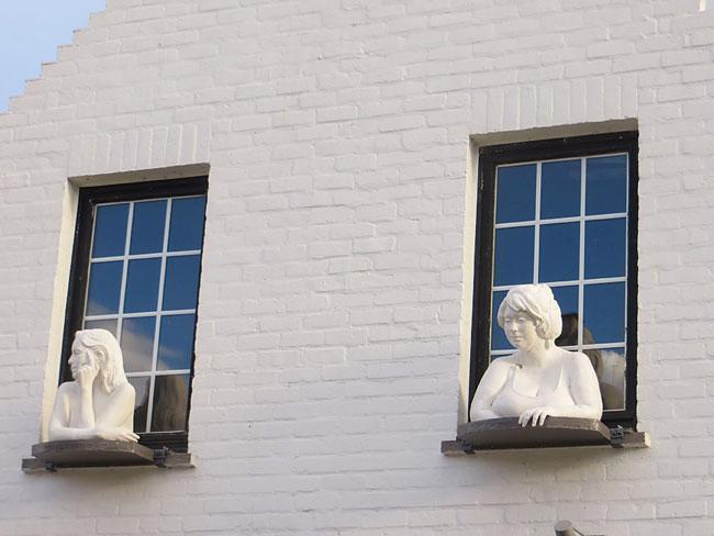 Leserfoto von Yvonne Franßen: Weiße Skulpturen sitzen auf Fensterbänken