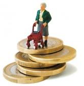 Rentnerin (Plastikfigur) auf Euromünzen-Stapel